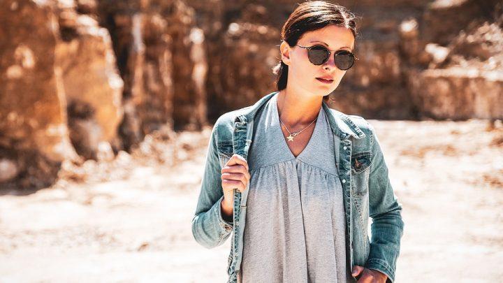 vrouw-buiten-ronde-bril-zonnebril